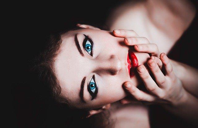 Łagodny demakijaż twarzy – jak poprawnie zmyć makijaż?