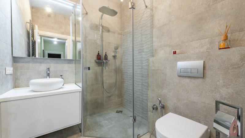 Jaką kabinę prysznicową do małej łazienki wybrać
