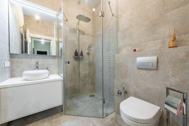 Jaką kabinę prysznicową do małej łazienki wybrać?